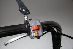 кнопка поворотника на handlebar скутера кнопка рожка на handlebar мотоцикла стоковые изображения rf