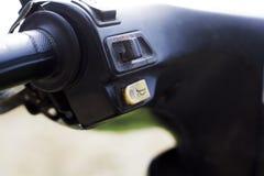 Кнопка рожка скутера на руле стоковое изображение