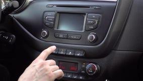 Кнопка руки человека закрывая дверь в автомобиле Замок автомобильной двери 4K акции видеоматериалы