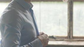 Кнопка рук человека вверх по рубашке проутюживенной синью Вертикаль лотка крыто одежды Окно акции видеоматериалы