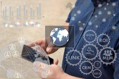 Кнопка сетевого подключения мира онлайн на scree касания стоковые изображения