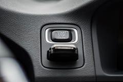 Кнопка стоп начала автомобиля с введенным ключом зажигания стоковые изображения rf