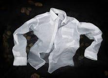 Кнопка людей вверх по рубашке плавая или тонуть в воду Стоковые Фотографии RF