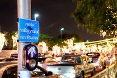 Кнопка для красного светофора в Таиланде, тайского языка Стоковые Изображения RF