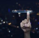 Кнопка www поиска отжимать руки над backg башни города света нерезкости Стоковая Фотография RF