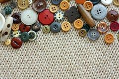 Кнопки года сбора винограда шить обрамляя предпосылку ткани Стоковое фото RF