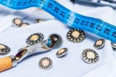 Кнопки, измеряя лента needlework Стоковое Изображение