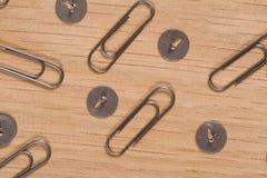 Кнопки и бумажные зажимы на деревянной поверхности Масштабные модели мастерской Печать для студий дизайна и творческих космосов Стоковые Фото