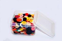 Кнопки красочные в пластичной коробке стоковые фото
