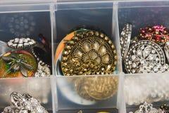 Кнопки металла и пластмассы используемые для того чтобы создать ювелирные изделия Стоковое фото RF