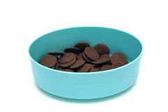 Кнопки молочного шоколада в голубом контейнере Стоковые Изображения