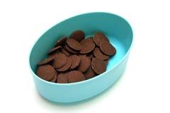 Кнопки молочного шоколада в голубом контейнере Стоковое фото RF