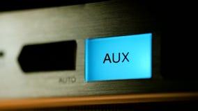 Кнопки на панели радио освещают вверх и идут вне, крупный план акции видеоматериалы