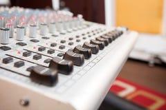 Кнопки на сером смесителе музыки в студии звукозаписи Стоковое Изображение