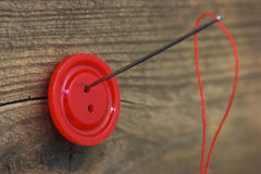 Кнопки с иглой и резьбой Стоковая Фотография