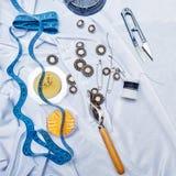 Кнопки, штыри, иглы, рулетка и ножницы корабли Стоковое фото RF