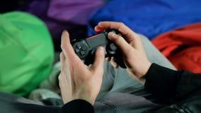 Кнюппель игры в руках ` s людей Active отжимая кнопки Современная индустрия игры акции видеоматериалы