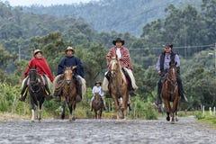 Ковбои приезжая на заднюю часть лошади Стоковые Изображения