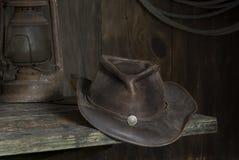 Ковбойская шляпа в амбаре Стоковые Изображения RF