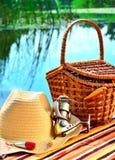 Ковбойская шляпа, плетеная корзина, снасть катышкы andfishing в natur Стоковые Фото