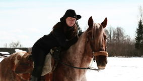 Ковбой девушки сидя на лошади Стоковые Фотографии RF
