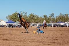 Ковбой ехать лошадь Bronc a Bucking на родео страны Стоковая Фотография