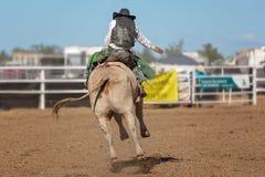Ковбой ехать a Bucking Bull на родео Стоковое Изображение RF