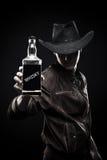 Ковбой с бутылкой вискиа Стоковые Фотографии RF