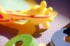 Ковер детей с игрушками, резиной жирафа и деревянными дисками Стоковое Изображение