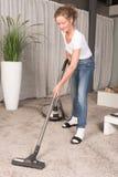 Ковер чистки вакуума женщины Стоковое Фото