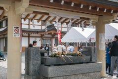 Ковши воды на святыне Gokoku стоковые изображения