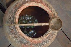 Ковш раковины кокоса с опарником воды Стоковое Фото