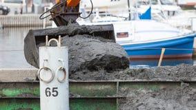 Ковш экскаватора выкапывая в песке от воды Стоковая Фотография RF