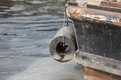 Ковш экскаватора выкапывая в песке от воды Стоковое Фото