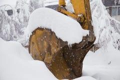 Ковш экскаватора покрытый с снегом Стоковое фото RF