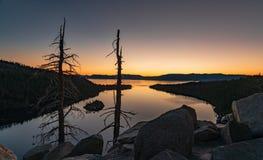 Когда быть вверх на восходе солнца стоимость оно - изумрудный преследует Лаке Таюое стоковое фото
