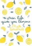 Когда жизнь дает вас лимоны делают лимонадом вдохновляющую карту с лимонами doodles, листьями изолированными на белой предпосылке иллюстрация штока