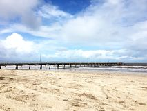 Когда яркое голубое небо касается песчаному пляжу Стоковое фото RF
