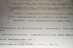 Код разработчика программного обеспечения программируя на белой предпосылке стоковые изображения rf