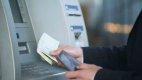 Код штыря клиента входя в на ATM и получать русские рубли, банковские обслуживания видеоматериал