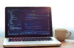 Код Php на превращаться сети компьтер-книжки и белая чашке стоковое фото rf