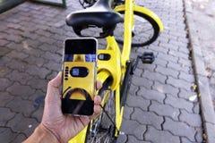 Код qr скеннирования руки человека для того чтобы открыть велосипед стоковые фотографии rf