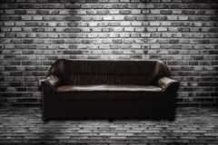 Кожаная софа в комнате кирпича Стоковое Изображение RF