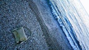 Кожаная сумка на пляже Стоковая Фотография RF