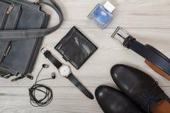 Кожаная сумка плеча для людей, наушников, наручных часов, бумажника, меня Стоковое Фото
