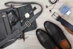 Кожаная сумка плеча для людей с бумажником и наручными часами на ем, p Стоковая Фотография RF