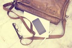 Кожаная сумка с пустым дневником, сотовым телефоном Стоковое Изображение RF