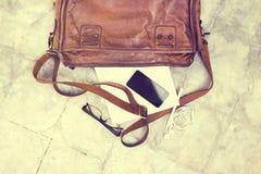 Кожаная сумка с пустым дневником, сотовым телефоном Стоковое Изображение