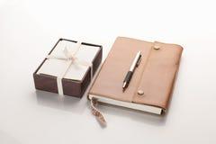 Кожаная тетрадь с коробкой карточек стоковые изображения