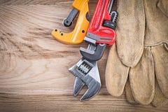 Кожаная труба универсального гаечного ключа разводного гаечного ключа защитных перчаток Стоковые Фотографии RF